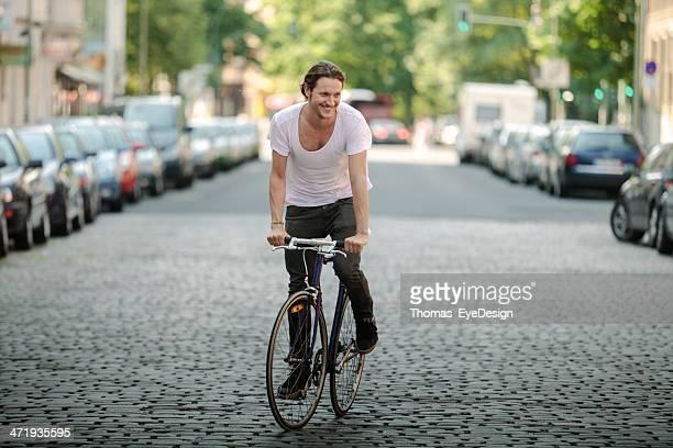 Hipster commuter mit dem Fahrrad