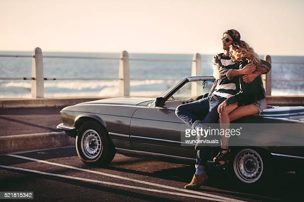 Hipster Paar genießt einen Sonnenuntergang, umrahmt während Straße Reise