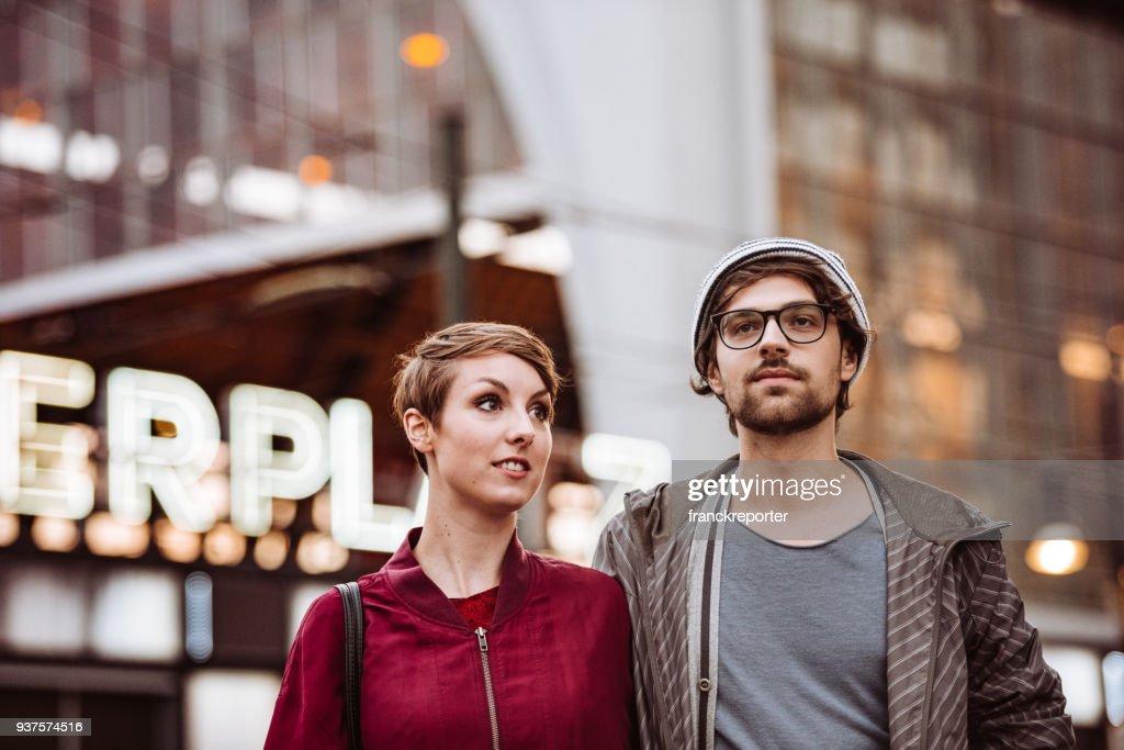 アレクサンダー広場で流行に敏感なカップル : ストックフォト