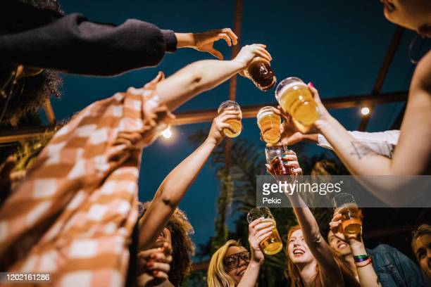 hipster vrienden dansen op het feest - low angle view stockfoto's en -beelden