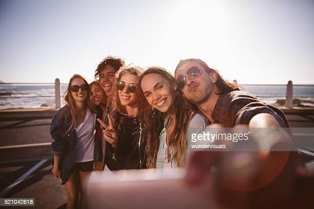Hipster Freunde Grimassieren Sie ein selfie am Strand