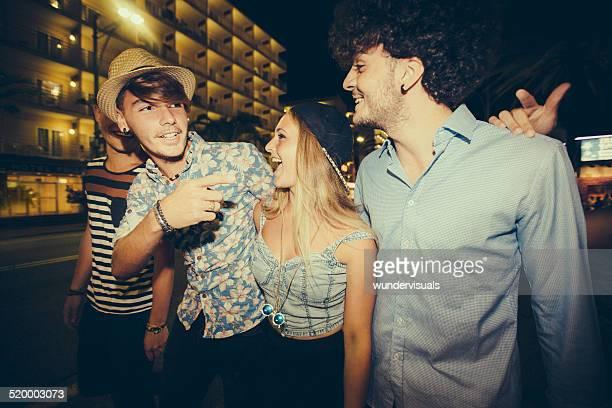 Hipster Freunde gehen zusammen auf Straße bei Nacht