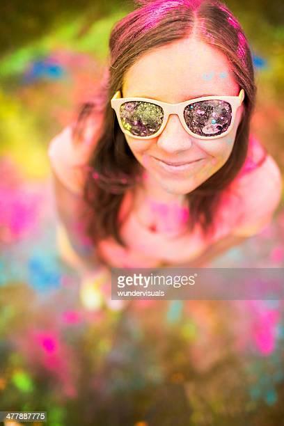 Hipster Mädchen Blick in die Kamera mit Holi Festival mit bunten Pulver