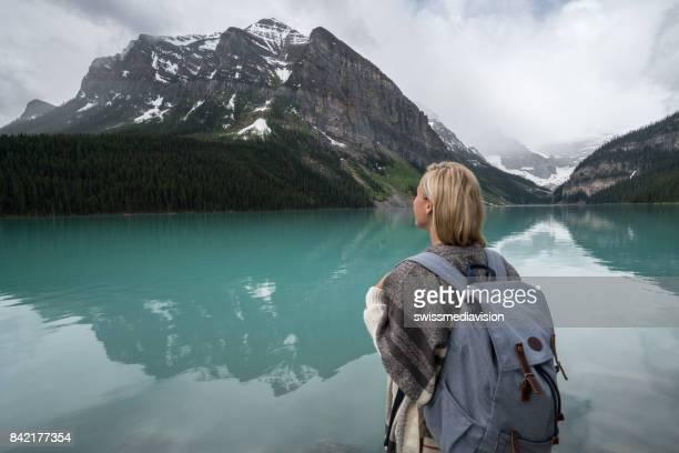 Hipster meisje kijkend naar lake berglandschap