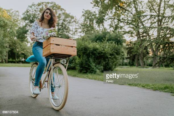 Hipster Mädchen auf Fahrrad mit stilvollen Fahrrad