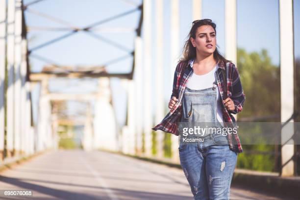 Hipster Mädchen zu Fuß auf Brücke