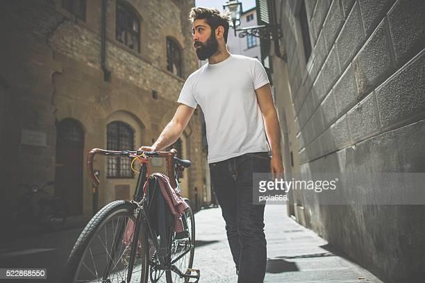 Hipster homem a andar de bicicleta