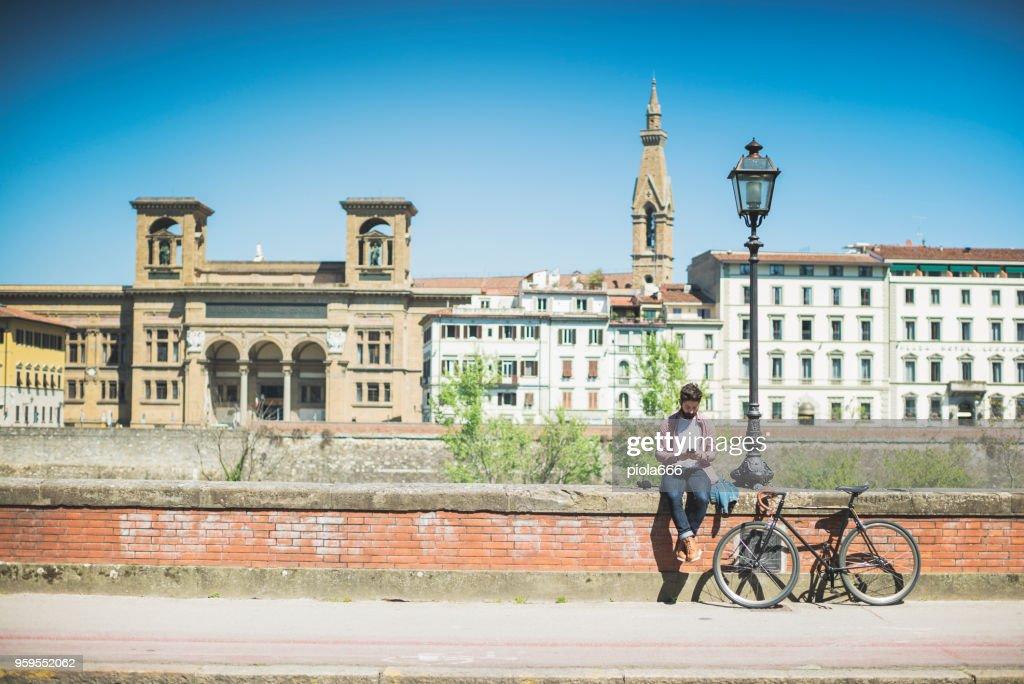 Hipster Kerl mit Fahrrad in Florenz, Italien : Stock-Foto