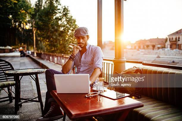Hipster im Café