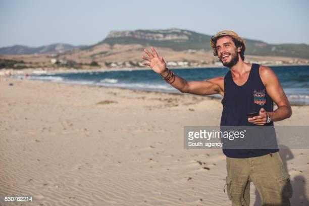 homme de hipster à la plage - débardeur photos et images de collection