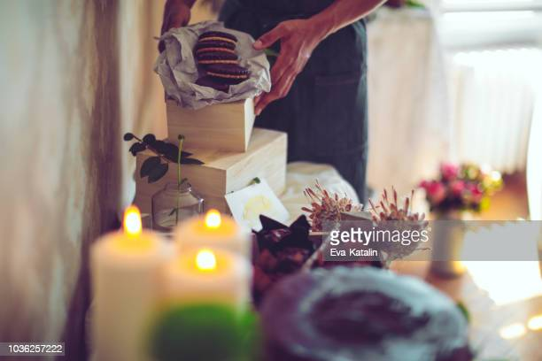 hipster man is making the final touches to the desert stand - wedding planner foto e immagini stock