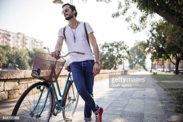 Hipster man ontspannen op de fiets