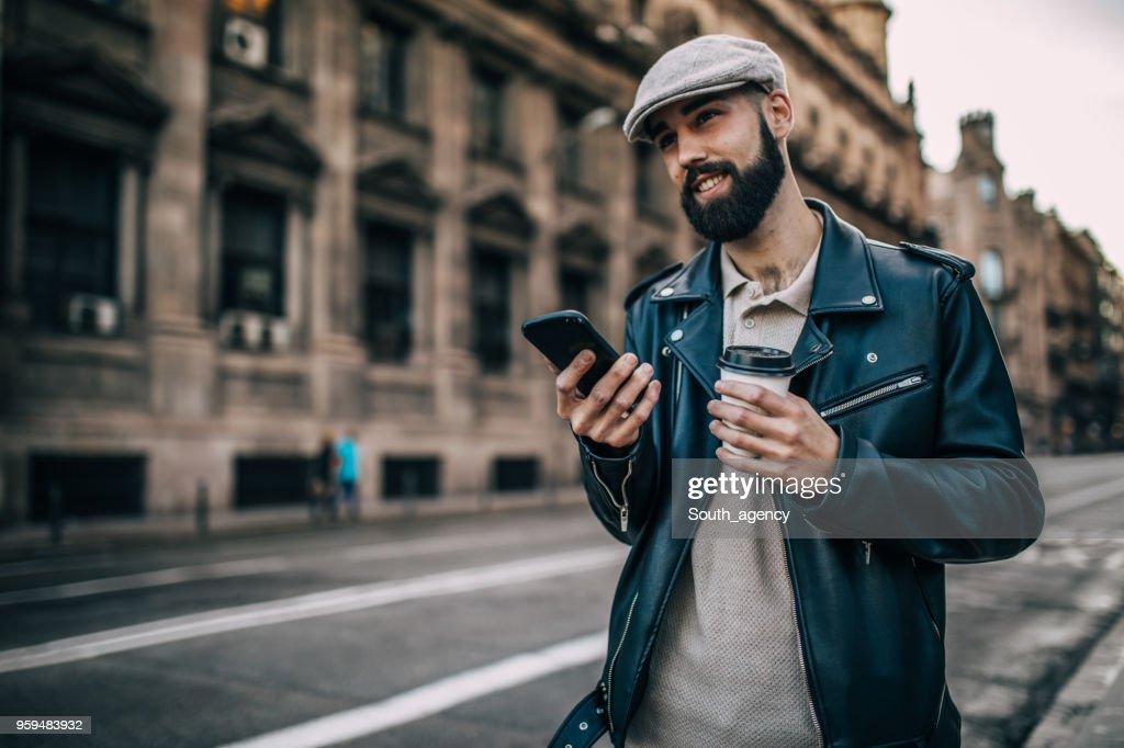 Hipster-Mann mit Telefon im freien : Stock-Foto