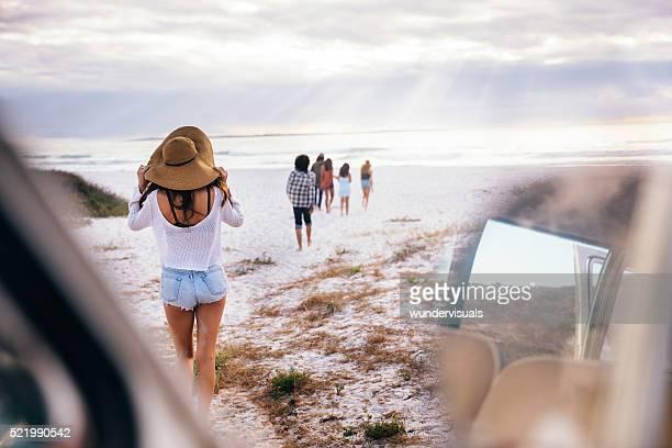 Hipster Multi-ethnischen eine Gruppe von Freunden zu Fuß am Strand