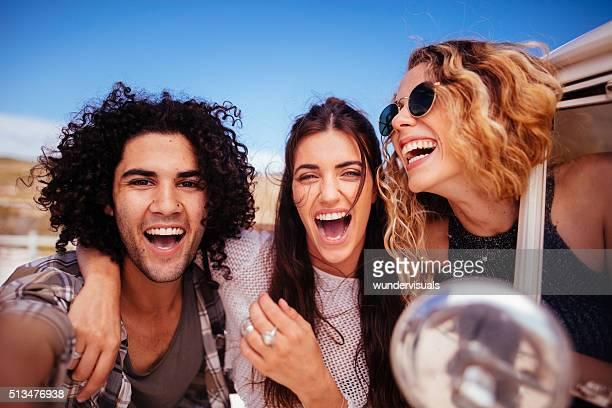 Hipster Multi-ethnische Gruppe lächelnd in die Kamera.