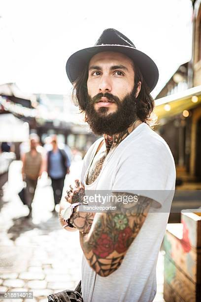 portrait de Hipster avec des tatouages du corps