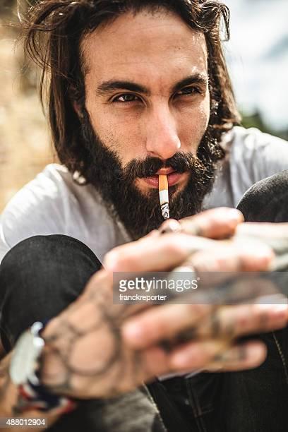 Hipster-Porträt mit tattoo Nichtraucher
