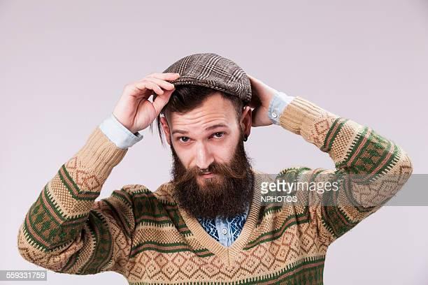 hipster puting his beret - boina masculina - fotografias e filmes do acervo