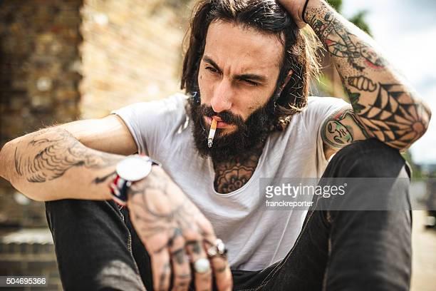 Hipster Raucher- und denken Sitzung traurig