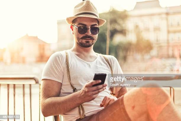 hipster utiliser un smartphone