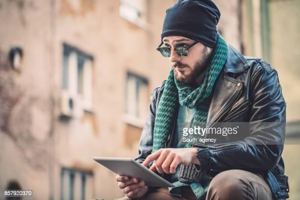 Hipster mit Tablet im freien
