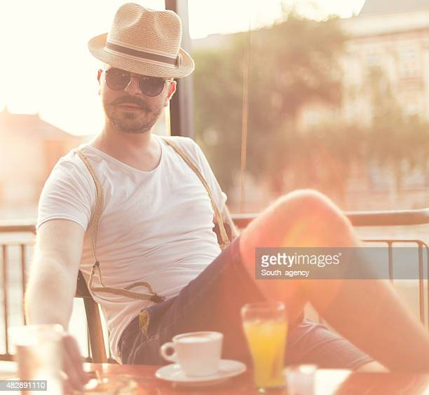 hipster con bigote disfruta de la vista al río