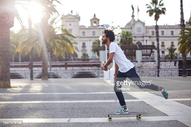 長いボードで流行に敏感な - skateboard ストックフォトと画像