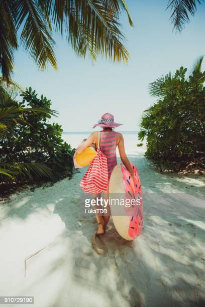 hipster kvinna gå genom djungeln på vägen till kusten, maldiverna - värmebölja bildbanksfoton och bilder
