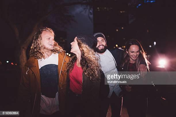 Hipster junger Freunden am Abend