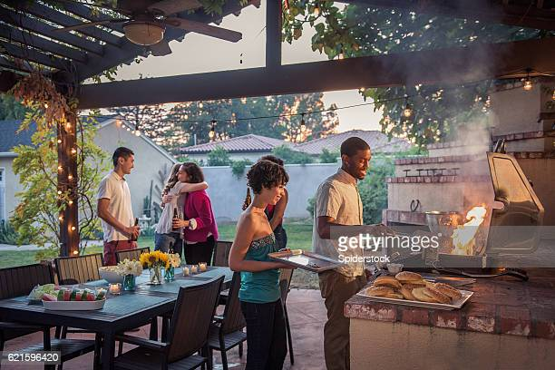 hipsters grilling at a summer backyard bbq - locais geográficos - fotografias e filmes do acervo