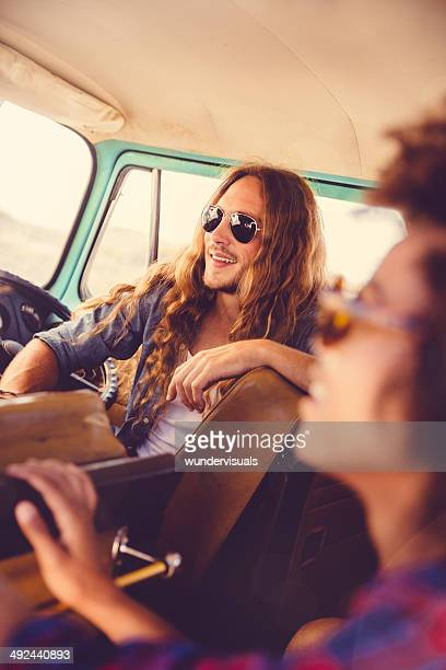 Hipster in Wohnmobil van