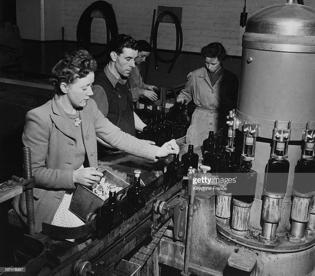 Hiram Walker Distillery At Dumbarton In Scotland During Fifties : News Photo