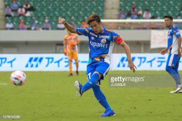 Hiroki AKINO of V-Varen Nagasaki in action during the J.League Meiji Yasuda J2 match between V-Varen Nagasaki and Renofa Yamaguchi at Transcosmos...