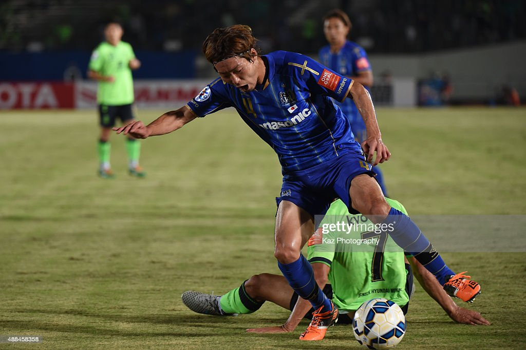Hiroki Fujiharu of Gamba Osaka beats Kyo Won Han of Jeonbuk Hyundai Motors during the AFC Champions League quarter final match between Gamba Osaka and Jeonbuk Hyundai Motors ]at Expo '70 Stadium on September 16, 2015 in Osaka, Japan.