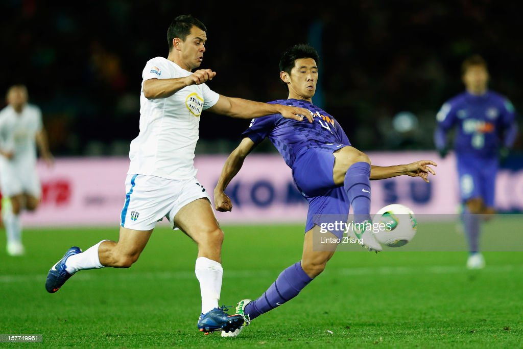 Hiroki Mizumoto (R) of Sanfrecce Hiroshima challenges Auckland City forward Adam Dickinson (L) during the FIFA Club World Cup match between Sanfrecce Hiroshima and Auckland City at International Stadium Yokohama on December 6, 2012 in Yokohama, Japan.