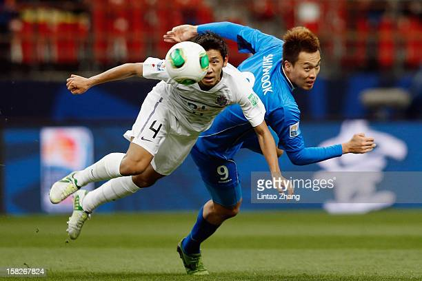 Hiroki Mizumoto of Sanfrecce Hiroshima for an aerial ball with Kim Shinwook of Ulsan Hyundai during the FIFA Club World Cup 5th Place Match match...