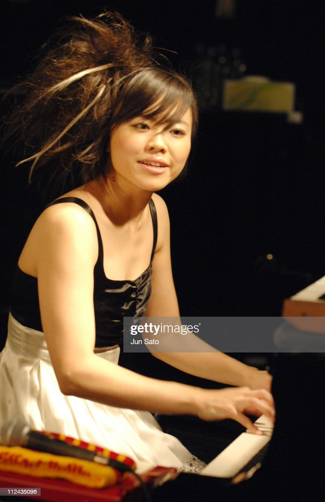 "Hiromi Uehara Launches Her New CD ""Time Control"" In Store Live Performance"