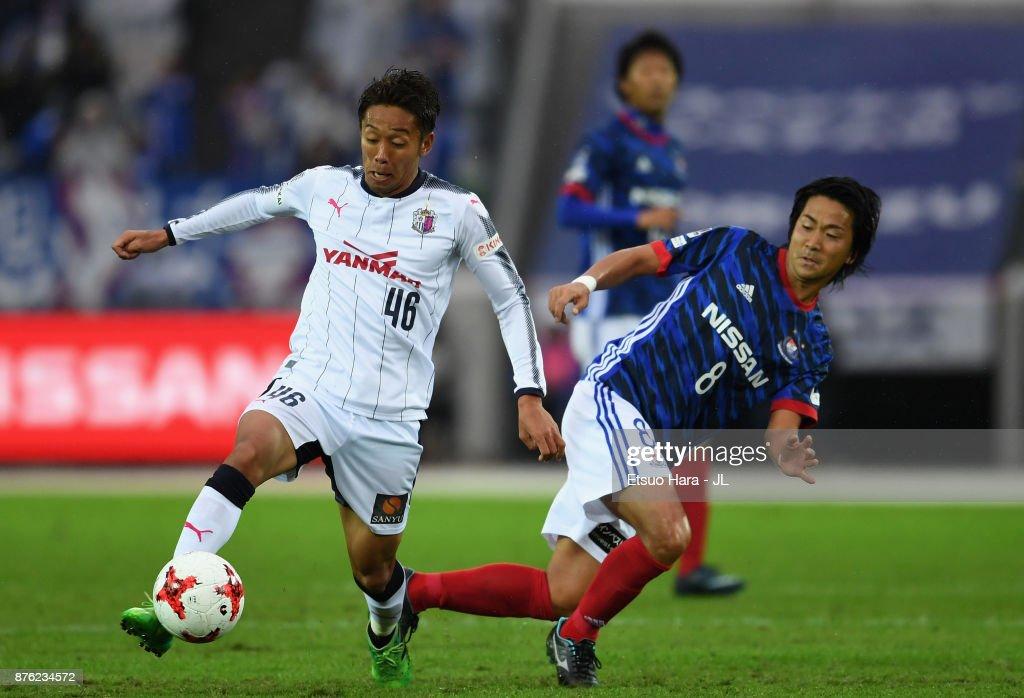 Hiroshi Kiyotake of Cerezo Osaka and Kosuke Nakamachi of Yokohama F.Marinos compete for the ball during the J.League J1 match between Yokohama F.Marinos and Cerezo Osaka at Nissan Stadium on November 18, 2017 in Yokohama, Kanagawa, Japan.