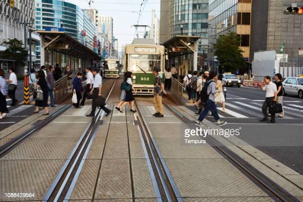 teleférico de hiroshima en japón de crepúsculo - hiroshima fotografías e imágenes de stock