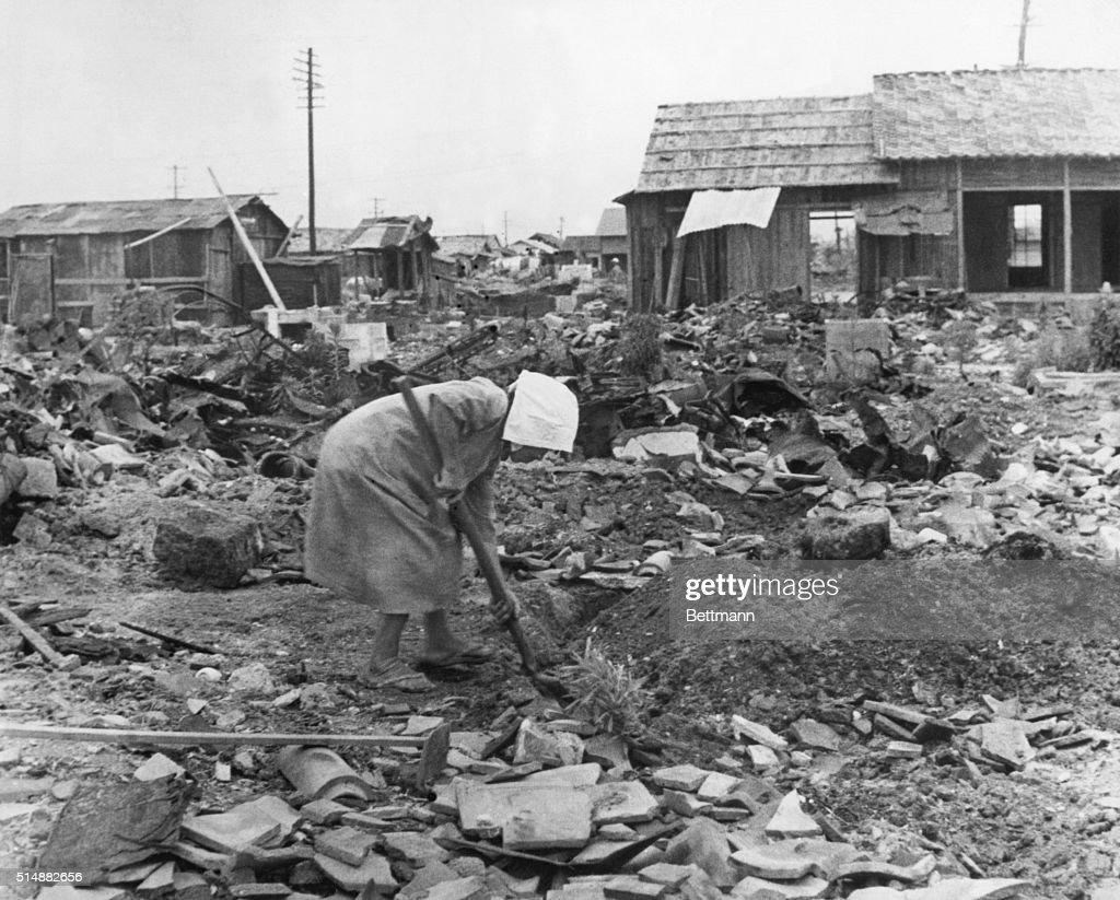 Woman Clearing Rubble in Hiroshima : Foto jornalística