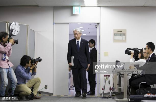 Hiroya Kawasaki president and chief executive officer of Kobe Steel Ltd center left arrives for a news conference in Tokyo Japan on Friday Nov 10...
