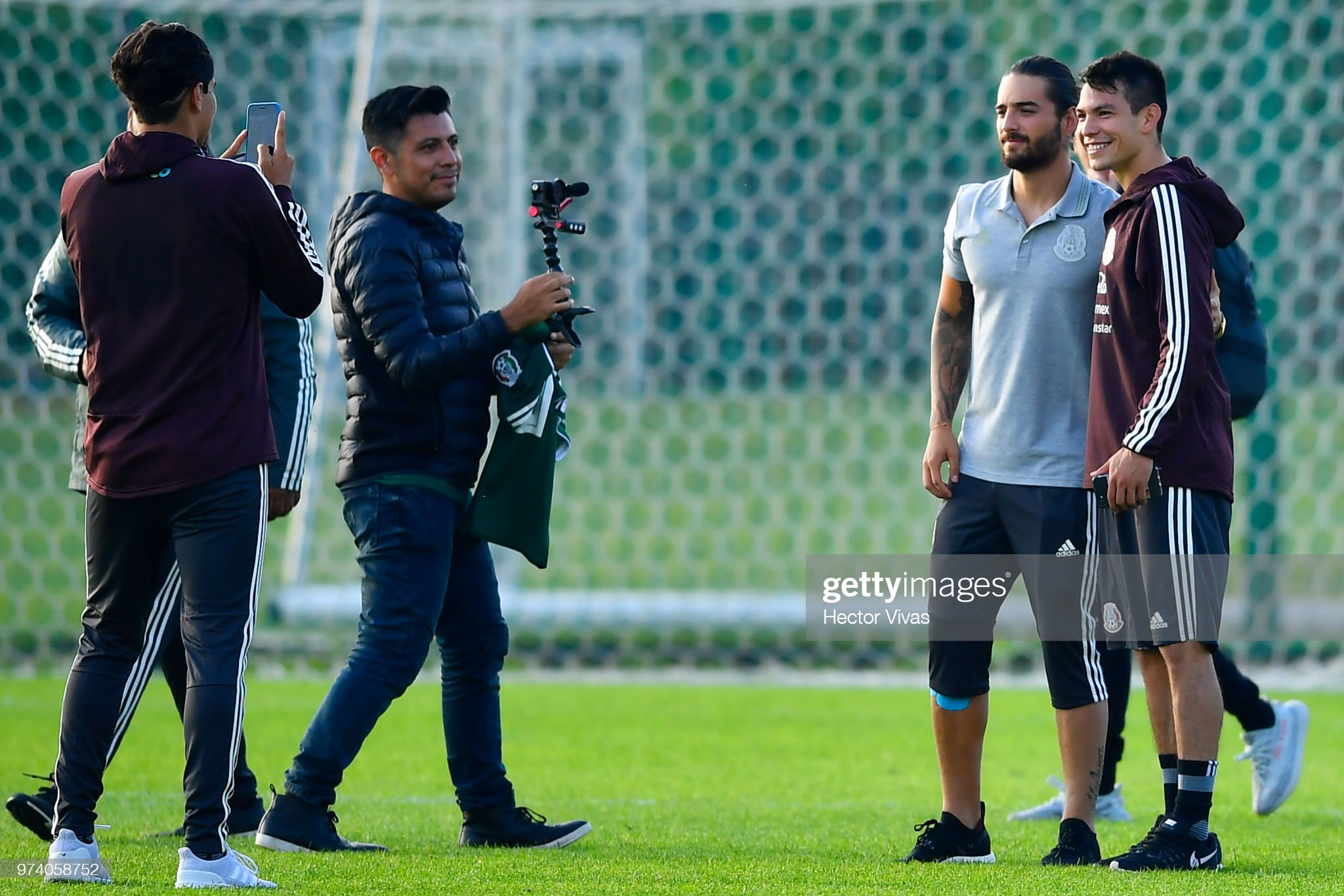 ¿Cuánto mide Maluma? - Altura - Real height Hirving-lozano-of-mexico-and-singer-maluma-pose-for-pictures-during-a-picture-id974058752?s=2048x2048