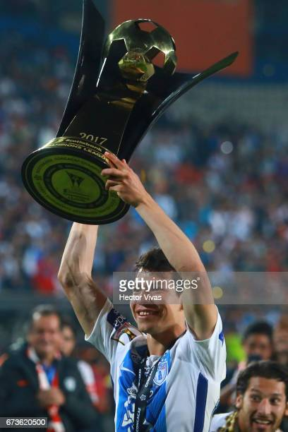 Hirving Lozano of Pachuca lifts the trophy to celebrate after winning the Final second leg match between Pachuca and Tigres UANL as part of the...