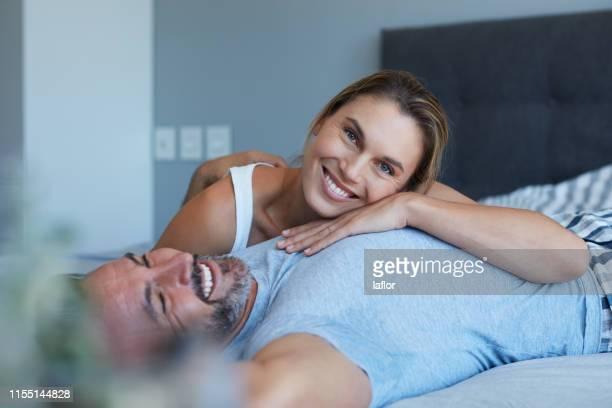 il suo petto è il mio posto felice - amanti letto foto e immagini stock