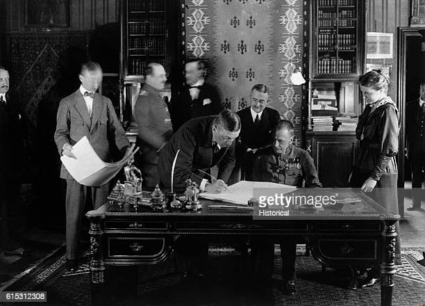 His Excellency von Knhlmann signs the peace treaty with Rumania in Bucharest To his right is the Count CFzernin royal minister of the interior