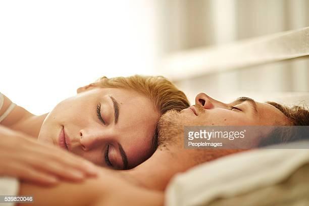le cœur bat pour elle - couple lit dormir amour photos et images de collection