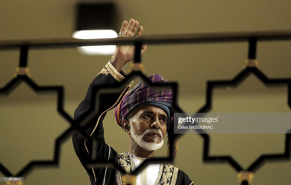 His Majesty Sultan Qaboos Bin Said Of Oman, Attends The Students Parade At The Sultan Qaboos Sport Complex, During The Celebration Of The 35Th National Day And His Own Anniversary. On November 20Th, 2005. In Mascate (City), Oman : Photo d'actualité