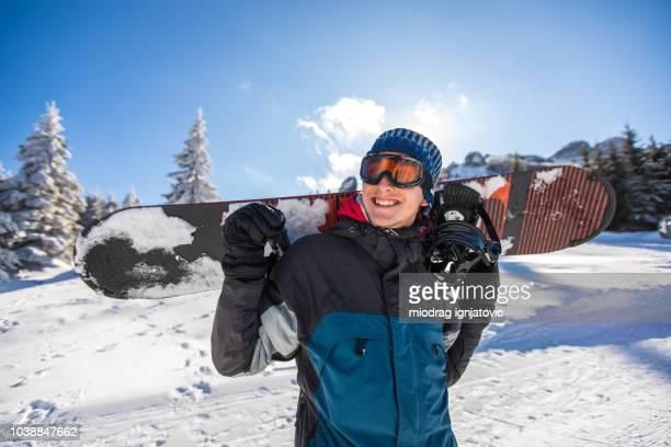 su pasión es hacer snowboard - deporte de invierno fotografías e imágenes de stock