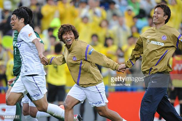 Hisato Sato of Sanfrecce Hiroshima celebrates the win after the J.League match between Kashiwa Reysol and Sanfrecce Hiroshima at Hitachi Kashiwa...