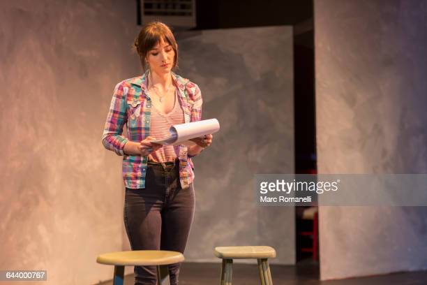 hispanic actress rehearsing on theater stage - schauspielerin stock-fotos und bilder